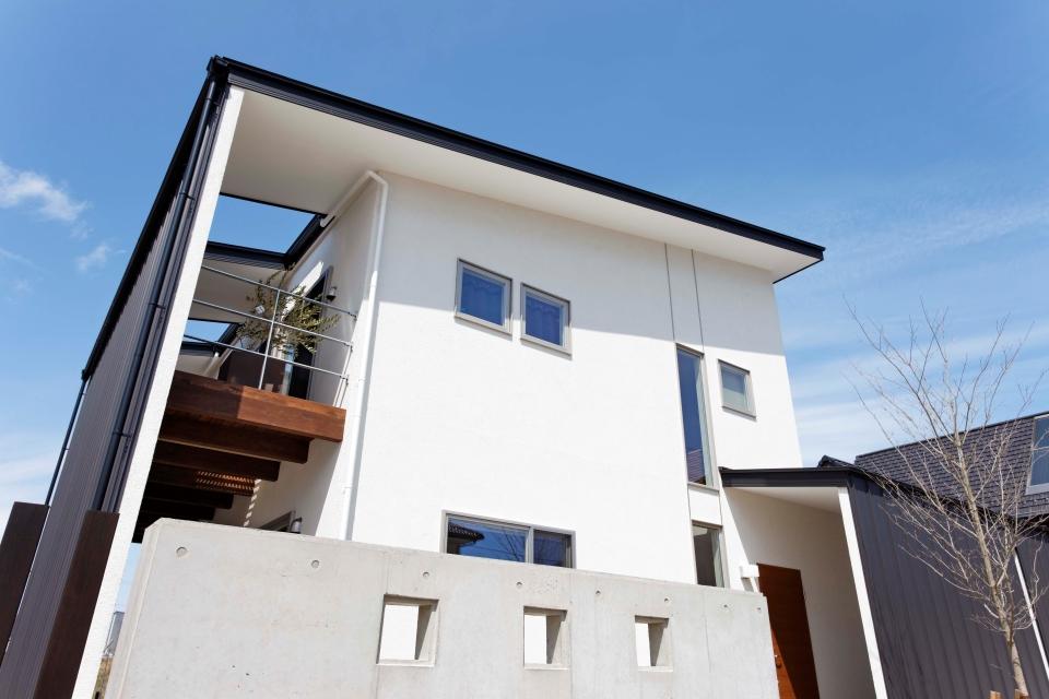 プライバシーと風から守る大屋根が特徴的な2世帯住宅