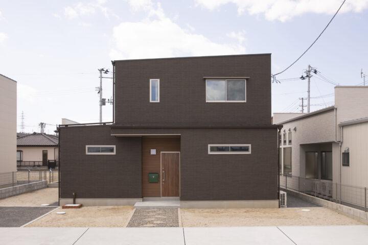 木目調サイディングやアクセントクロスのセンスが光るおしゃれな32坪の家