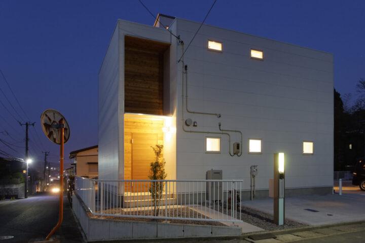高窓から光を取り込む「光井戸」でスタディスペースを優しく照らす家