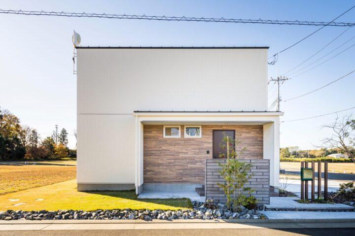 木貼りの玄関や無垢の床が暖かいシンプルモダンな家