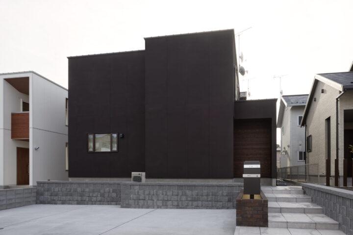 黒の吹付と板張りの外観がおしゃれなホームオフィス