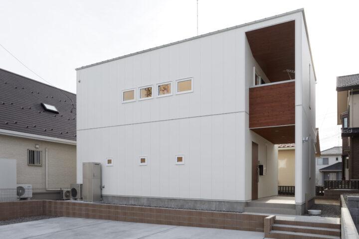 大きなバルコニーとポーチが特徴的な総2階のシンプルモダンの家